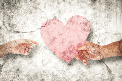 Image composée des couples passant un coeur de papier Photos libres de droits