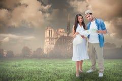Image composée des couples perdus de hippie regardant la carte Images stock