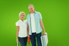 Image composée des couples plus anciens heureux tenant les outils diy Photographie stock