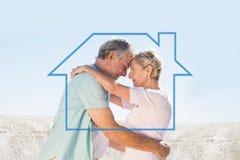 Image composée des couples supérieurs heureux embrassant sur le pilier Image libre de droits