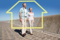 Image composée des couples supérieurs heureux marchant sur le pilier Image stock