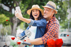Image composée des couples sur les coeurs 3d de scooter et de valentines Images stock