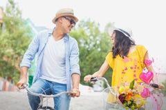 Image composée des couples sur les coeurs 3d de vélo et de valentines Images stock