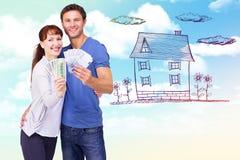Image composée des couples tenant des fans d'argent liquide Image stock