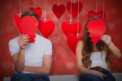 Image composée des couples tenant le coeur brisé 3d Photos stock