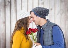 Image composée des couples tenant le groupe ou les roses sur le fond en bois Photos libres de droits