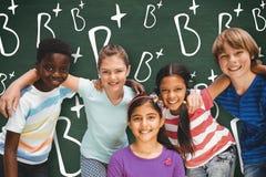 Image composée des enfants heureux formant le petit groupe au parc Photo stock
