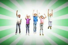 Image composée des enfants sautant au parc Image stock