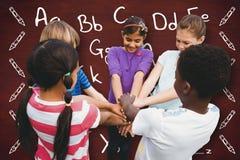 Image composée des enfants tenant des mains ensemble au parc Photos libres de droits