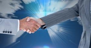 Image composée des entrepreneurs masculins et féminins se serrant la main Photographie stock libre de droits