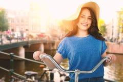 Image composée des femmes de sourire montant la bicyclette Photos stock