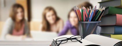 Image composée des fournitures scolaires sur le bureau Photo stock