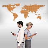 Image composée des gens d'affaires à l'aide du smartphone de nouveau au dos image stock