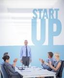 Image composée des gens d'affaires applaudissant au cours de la réunion Image stock