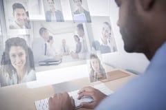 Image composée des gens d'affaires ayant une réunion photos libres de droits