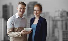 Image composée des gens d'affaires de sourire à l'aide d'un comprimé numérique Photographie stock