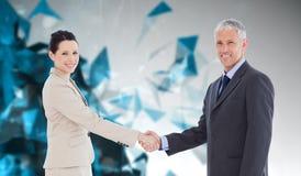 Image composée des gens d'affaires de sourire se serrant la main tout en regardant l'appareil-photo Photo stock