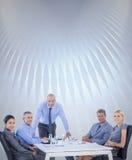 Image composée des gens d'affaires heureux regardant l'appareil-photo Photo stock