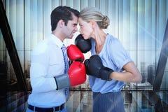 Image composée des gens d'affaires portant et enfermant dans une boîte les gants rouges Image libre de droits