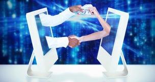 Image composée des gens d'affaires se serrant la main et passant des banknots images stock