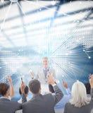 Image composée des gens d'affaires soulevant leurs bras au cours de la réunion Images libres de droits