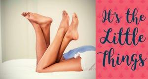 Image composée des jambes de couples sur des mots de lit et de valentines Photographie stock libre de droits