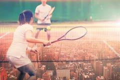 Image composée des joueurs de tennis jouant un match photos stock