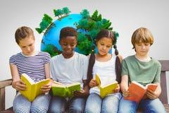 Image composée des livres de lecture d'enfants au parc Photographie stock
