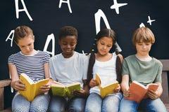 Image composée des livres de lecture d'enfants au parc Photo stock