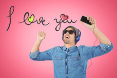 Image composée des lunettes de soleil de port de hippie appréciant la musique Photos stock
