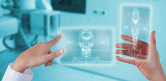 Image composée des mains du docteur féminin à l'aide de l'écran numérique tout en tenant le téléphone portable 3d Photos libres de droits