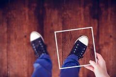 Image composée des mains tenant le papier noir Photo libre de droits
