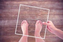 Image composée des mains tenant le papier noir Photo stock