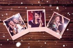 Image composée des photos instantanées sur le plancher en bois Photo stock