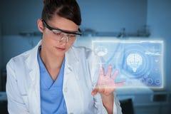 Image composée du beau scientifique féminin à l'aide de l'écran numérique 3d Images stock