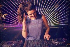 Image composée du DJ assez féminin jouant la musique images libres de droits