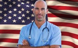 Image composée du docteur masculin sûr regardant l'appareil-photo avec des bras croisés Images stock