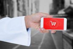 Image composée du docteur masculin tenant le téléphone intelligent avec l'écran vide Images libres de droits