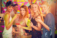 Image composée du groupe d'amis ayant le verre du cocktail dans la barre Photographie stock