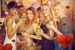 Image composée du groupe d'amis ayant le verre du cocktail dans la barre Photos libres de droits