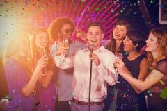 Image composée du groupe d'amis chantant la chanson ensemble dans la barre Photo stock