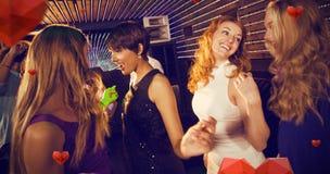 Image composée du groupe d'amis de sourire dansant sur la piste de danse Images libres de droits