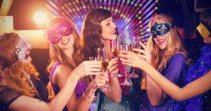 Image composée du groupe d'amis grillant le verre de champagne Photographie stock libre de droits