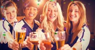 Image composée du groupe d'amis tenant le verre de bière en partie Images libres de droits