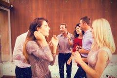 Image composée du groupe de jeunes amis passant le temps ensemble Photo stock