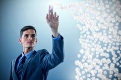 Image composée du jeune homme d'affaires sophistiqué faisant des gestes 3d Photo stock