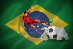 Image composée du joueur de football d'ajustement sautant et donnant un coup de pied Photos stock