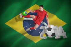 Image composée du joueur de football d'ajustement sautant et donnant un coup de pied Image libre de droits