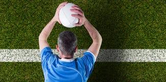 Image composée du joueur de rugby environ pour jeter une boule de rugby Photos stock