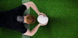 Image composée du joueur de rugby environ pour jeter une boule de rugby Images libres de droits